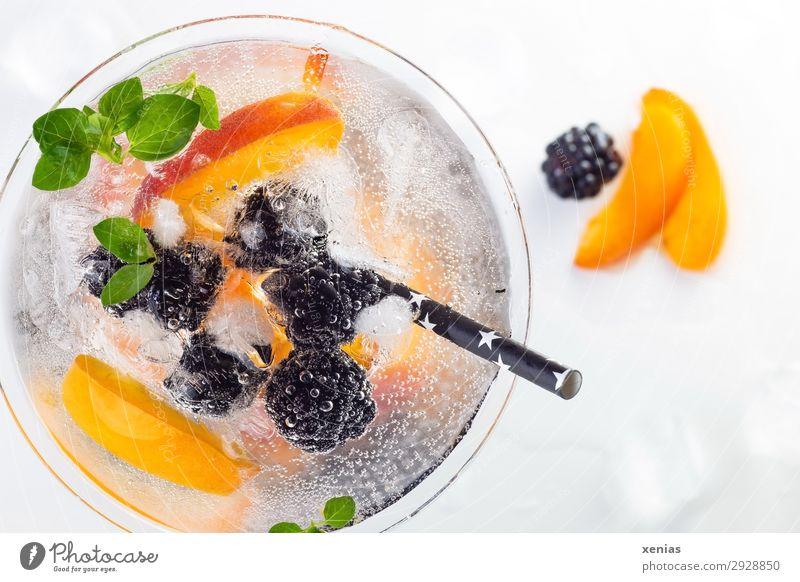 Leckeres eisgekühltes Erfrischungsgetränk mit Brombeere und Nektarine,  mit Oregano verziert und einem schwarzem Trinkhalm Getränk Frucht Kräuter & Gewürze