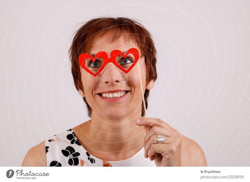 Rosarote Brille Frau Erwachsene Gesicht 1 Mensch 30-45 Jahre Zeichen Herz festhalten Kommunizieren Lächeln lachen Liebe träumen Verliebtheit Romantik herzförmig