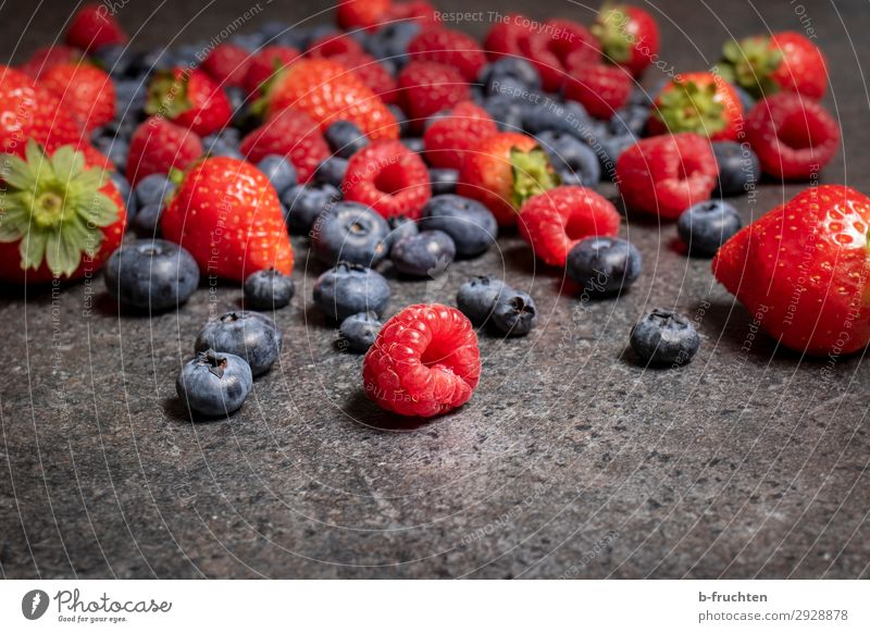 Beerig Lebensmittel Frucht Ernährung Bioprodukte Vegetarische Ernährung Küche Stein wählen genießen liegen Gesundheit Himbeeren Blaubeeren Erdbeeren Beeren