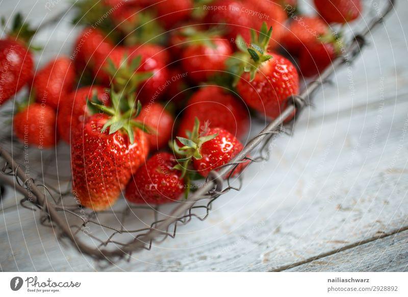 Frische Erdbeeren Lebensmittel Frucht Dessert Ernährung Bioprodukte Vegetarische Ernährung Sommer Drahtkorb Korb Holz Metall Duft frisch lecker retro saftig süß