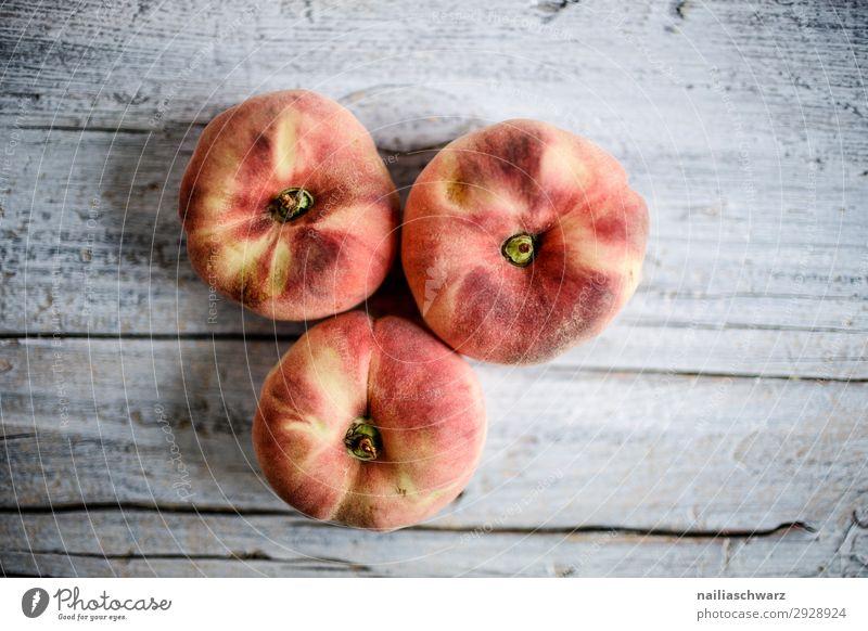 Drei Pfirsiche Lebensmittel Frucht Ernährung Essen Bioprodukte Vegetarische Ernährung Diät Snowboard Holz Duft Gesundheit lecker natürlich saftig süß gelb grau