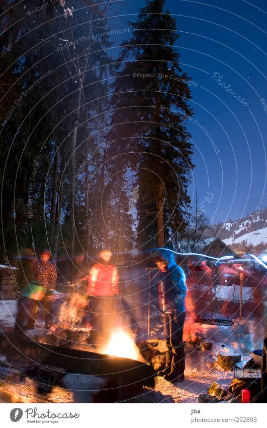wärmendes Feuer Picknick Grillen Lifestyle Zufriedenheit Winter Schnee Nachtleben Feste & Feiern Mensch Menschengruppe Natur Urelemente Nachthimmel