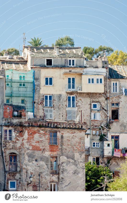 Korsika XXIV blau alt Sonne Haus Fenster Wand Architektur Mauer Stein Fassade Häusliches Leben ästhetisch viele verfallen Bauwerk Frankreich