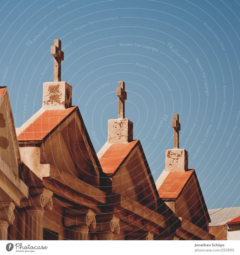 Korsika XXV blau alt rot Haus Tod Architektur Mauer Religion & Glaube Stein Fassade Vergänglichkeit Ewigkeit historisch Bauwerk Ende Christliches Kreuz
