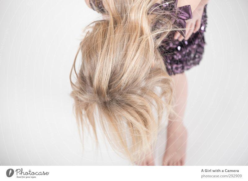 wo? Mensch feminin Kind Mädchen Kindheit Kopf 1 3-8 Jahre Blick Haare & Frisuren blond Blick nach unten Geschwindigkeit Suche Gedeckte Farben Innenaufnahme