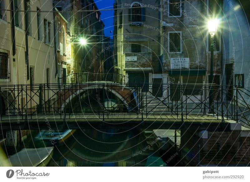 Canälsche* am Abend blau Stadt Haus dunkel Gebäude Zeit Wasserfahrzeug Fassade glänzend Brücke Vergänglichkeit einzigartig Laterne Straßenbeleuchtung