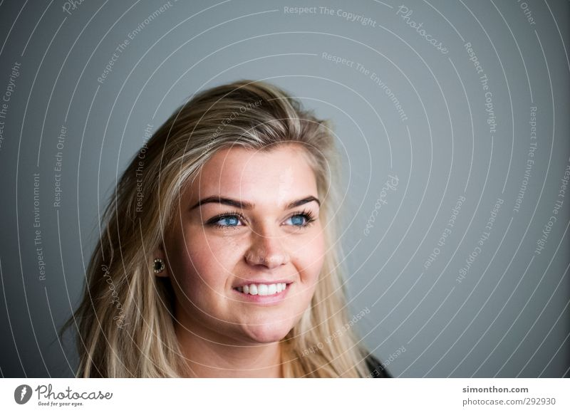 portrait Mensch Jugendliche blau schön Gesicht Erwachsene 18-30 Jahre Liebe feminin sprechen Glück Business blond Zufriedenheit Erfolg Fröhlichkeit