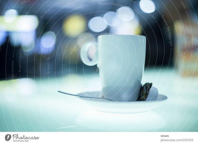 Bokeh Tasse Kaffee elegant Tisch Glas trinken ästhetisch hell lecker Stadt Gefühle genießen Reichtum Milch Löffel Leuchttisch Unschärfe Geschirr Farbfoto