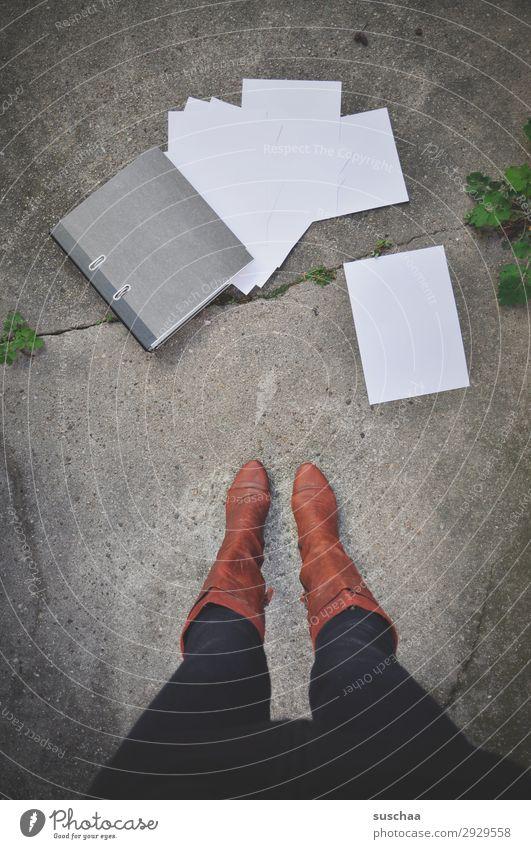 chaos Beine Frau stehen Stiefel weiblich Aktenordner Arbeit & Erwerbstätigkeit Streetwork Symbole & Metaphern Gleichstellung Emanzipation Beruf Berufsleben
