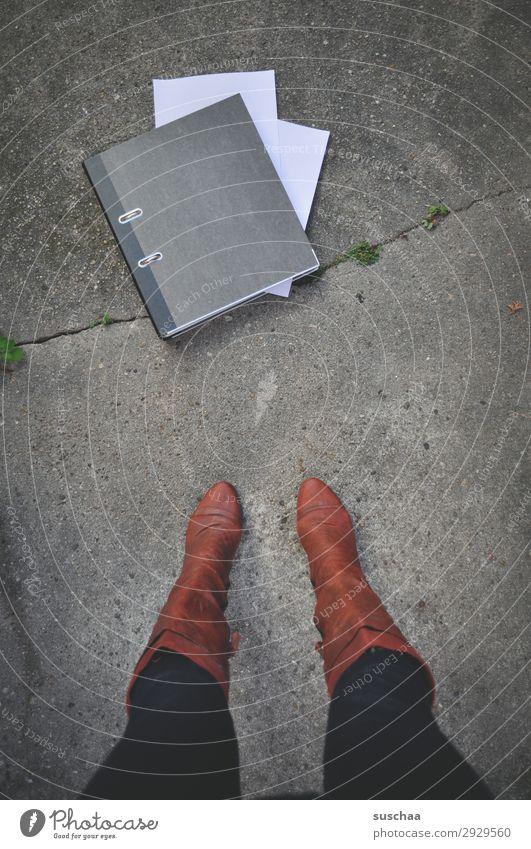 arbeitstag (2) Beine Frau stehen Stiefel weiblich Aktenordner Arbeit & Erwerbstätigkeit Streetwork Symbole & Metaphern Gleichstellung Emanzipation Beruf
