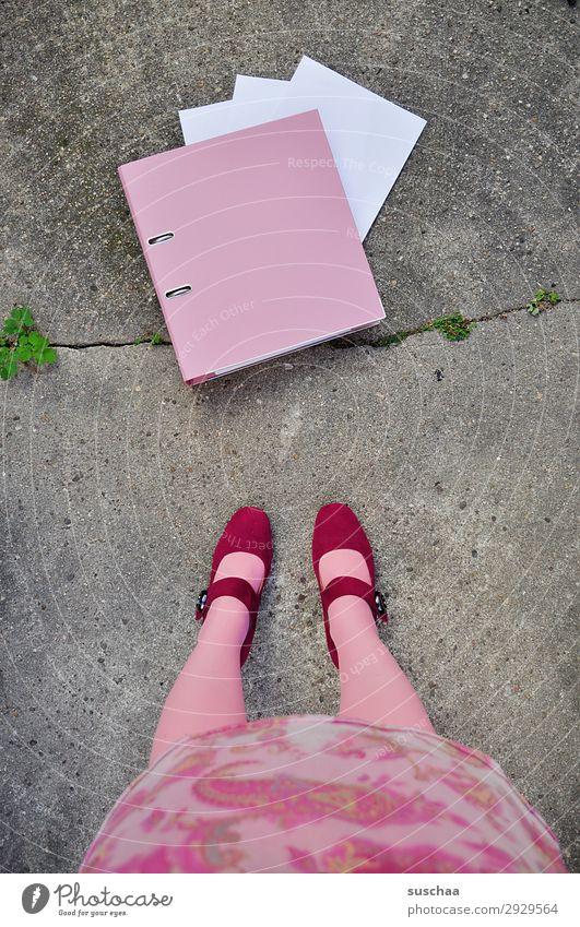 akten ordnen Beine Frau stehen Stiefel weiblich rosa Mädchen Aktenordner Arbeit & Erwerbstätigkeit Streetwork Symbole & Metaphern Gleichstellung Emanzipation