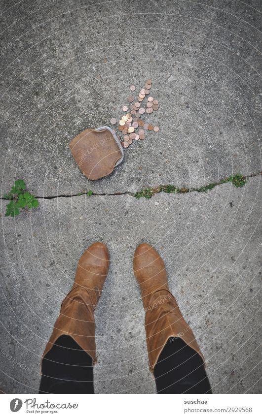 mager wenige sparen Armut Portemonnaie Geld Geldmünzen verloren verlieren finden Frau Beine weiblich Straße Dieb retro Bargeld arm reich Kapitalismus bezahlen