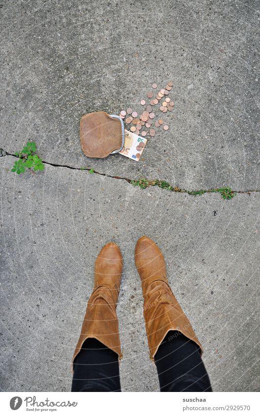 bisschen mehr wenige sparen Armut Portemonnaie Geld Geldmünzen verloren verlieren finden Frau Beine weiblich Straße Dieb retro Bargeld arm reich Kapitalismus