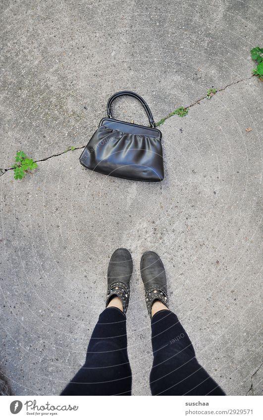 tasche Frau Straße Beine retro modern Schuhe stehen kaufen Bürgersteig Asphalt Großmutter Dame finden Tasche verloren Dieb