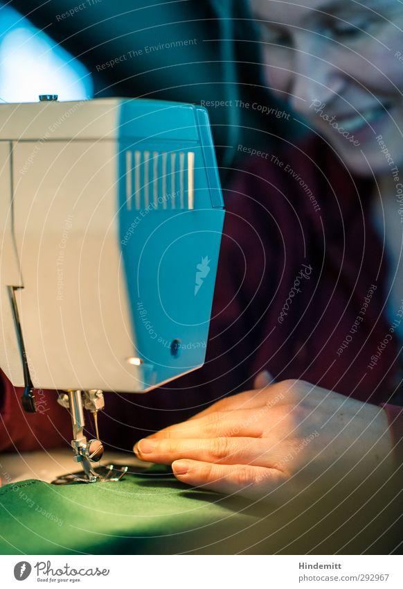 N. näht Handarbeit Handwerk Nähmaschine feminin Frau Erwachsene 1 Mensch 30-45 Jahre Bekleidung Stoff Arbeit & Erwerbstätigkeit beobachten Bewegung festhalten