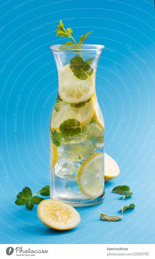 Hausgemachtes Erfrischungsgetränk mit Zitronensaft und Minze Frucht Getränk Limonade Saft Sommer Blatt Coolness natürlich blau gelb grün weiß Zitrusfrüchte Glas