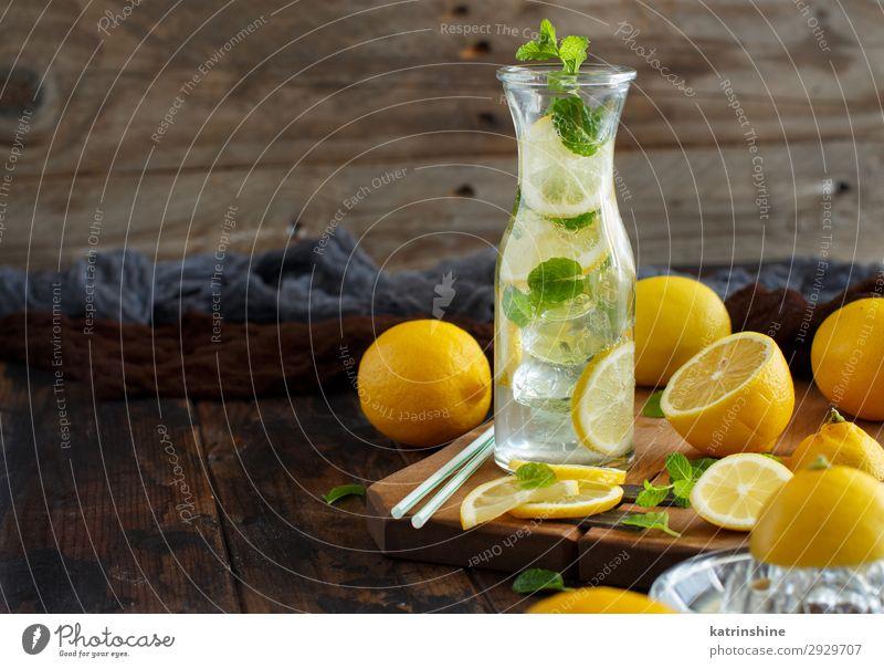 Hausgemachtes Erfrischungsgetränk mit Zitronensaft und Minze Frucht Getränk Limonade Saft Sommer Blatt Coolness dunkel natürlich gelb grün weiß Zitrusfrüchte