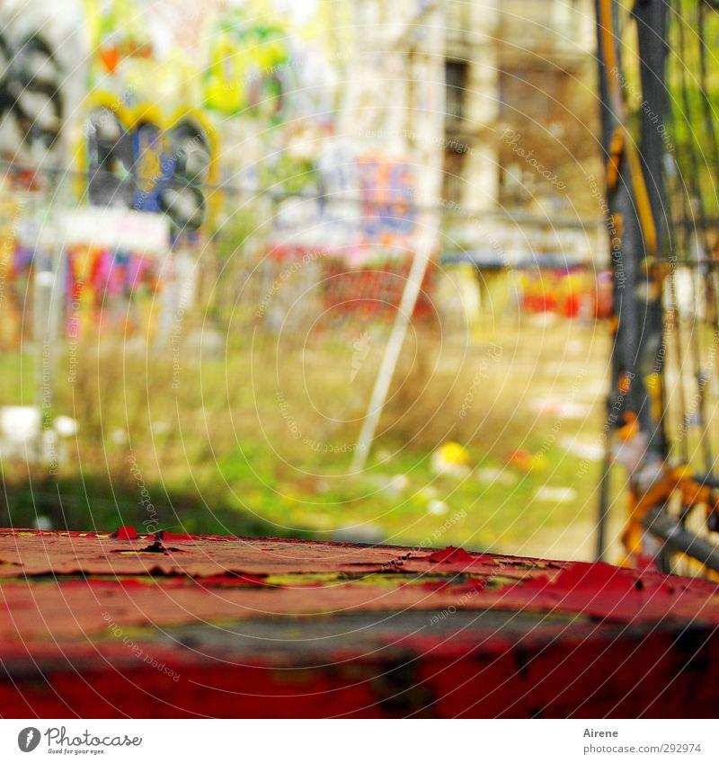 Hinterhofidyll Stadt alt Farbe rot Umwelt Wand Graffiti Berlin Gebäude Mauer Holz Kunst Stein Fassade Idylle authentisch