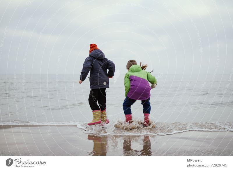 wasserflöhe Mensch Kind Mädchen 2 8-13 Jahre Kindheit Natur springen Kindererziehung Meer Spielen Gummistiefel Ostsee schlechtes Wetter Strand toben entdecken
