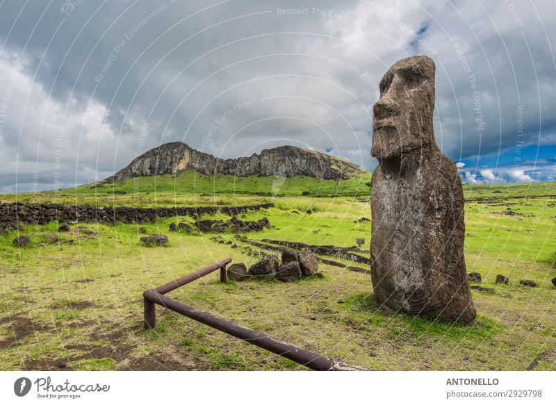 Der Vulkan Rano Raraku, Steinbruch der Moais von der Osterinsel. Kunst Kunstwerk Skulptur Kultur Natur Landschaft Wolken Gewitterwolken Sommer Unwetter Park