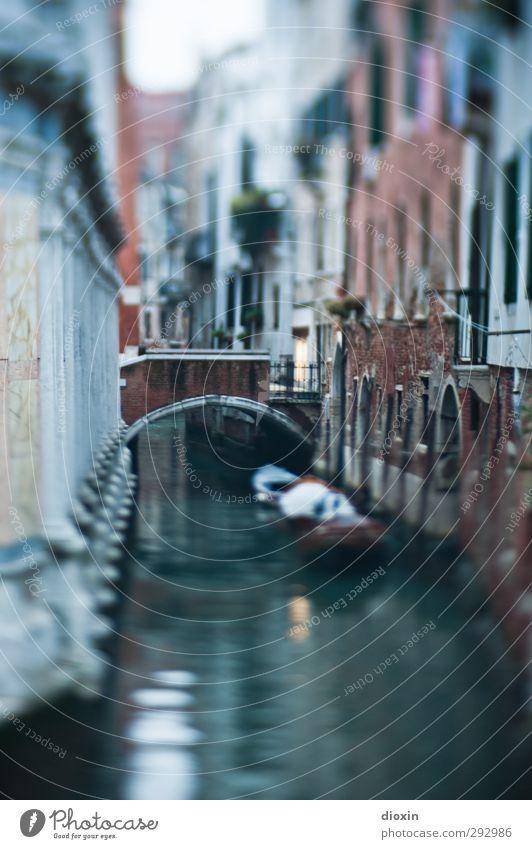 Wassersträßchen Ferien & Urlaub & Reisen Stadt ruhig Haus Wand Mauer träumen Wasserfahrzeug Verkehr Tourismus Brücke Italien Sehnsucht Verkehrswege Schifffahrt