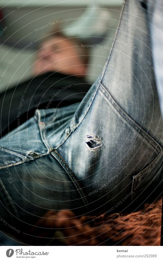 HOT LOVE   Austrittsloch :) Mensch maskulin Mann Erwachsene Leben Körper Beine Hose Jeanshose Stoff Loch liegen kaputt Erholung Pause gemütlich alt schäbig