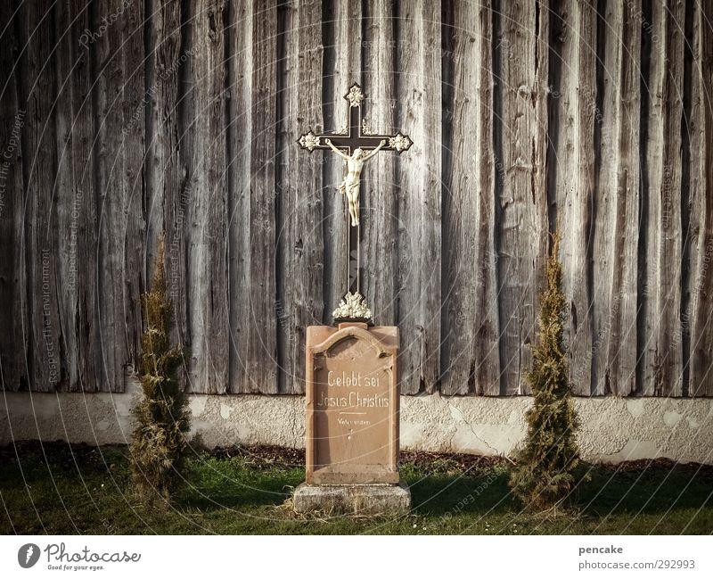 HOT LOVE   Jesus maskulin androgyn Erwachsene Skulptur Kultur Dorf Mauer Wand Wahrzeichen Denkmal Stein Holz Zeichen Kreuz dunkel historisch Kitsch rebellisch