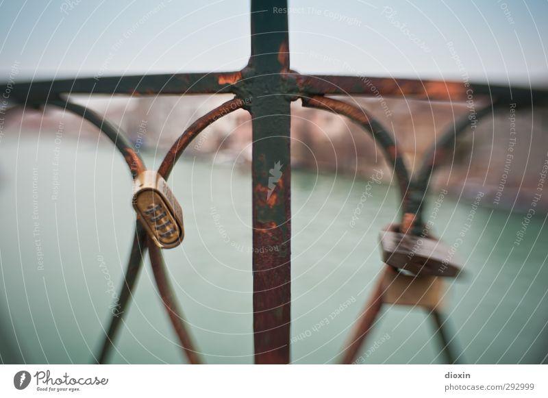 HOT LOVE | das Kreuz mit der Liebe Zusammensein Brücke Romantik Italien Dorf Verliebtheit Brückengeländer hängen Stadtzentrum Treue Sympathie Kleinstadt