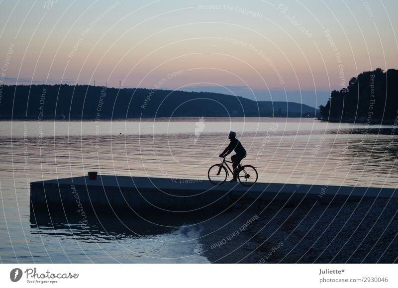 der Radfahrer Mensch Himmel Ferien & Urlaub & Reisen Sommer Wasser Landschaft Baum Erholung Strand Frühling Sport Tourismus Freiheit Stein See Stimmung