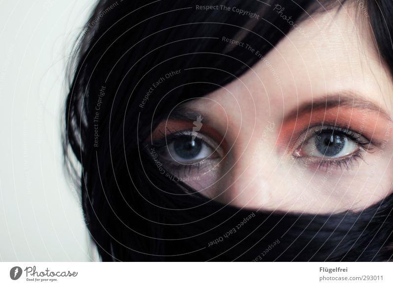 Schein feminin Junge Frau Jugendliche 1 Mensch 18-30 Jahre Erwachsene Blick Kosmetik Schminke Lidschatten Auge Gesicht Haare & Frisuren stumm verdecken