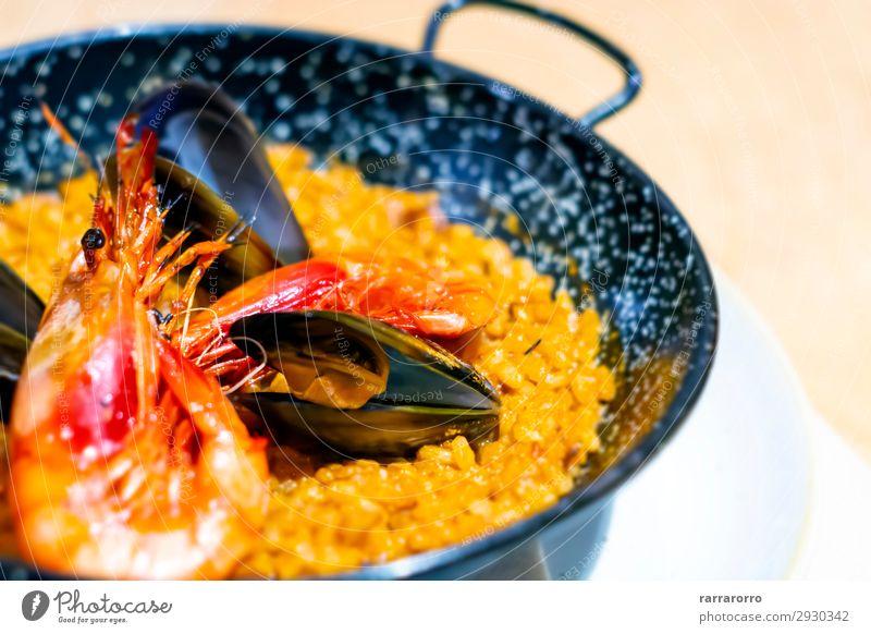 Paella mit Mariscos, einem typischen Gericht der spanischen Küche. Fisch Meeresfrüchte Kräuter & Gewürze Ernährung Essen Abendessen Pfanne