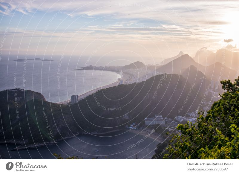Copacabanna Stadt grau violett schwarz weiß Rio de Janeiro Hügel Strand Meer Brasilien Haus Hochhaus Gegenlicht Schatten Licht Natur Farbfoto Außenaufnahme