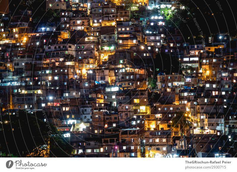 Favelas Stadt gelb gold grün schwarz weiß dunkel Licht Armut Brasilien Rio de Janeiro leuchten Langzeitbelichtung Fenster Farbfoto Menschenleer Nacht