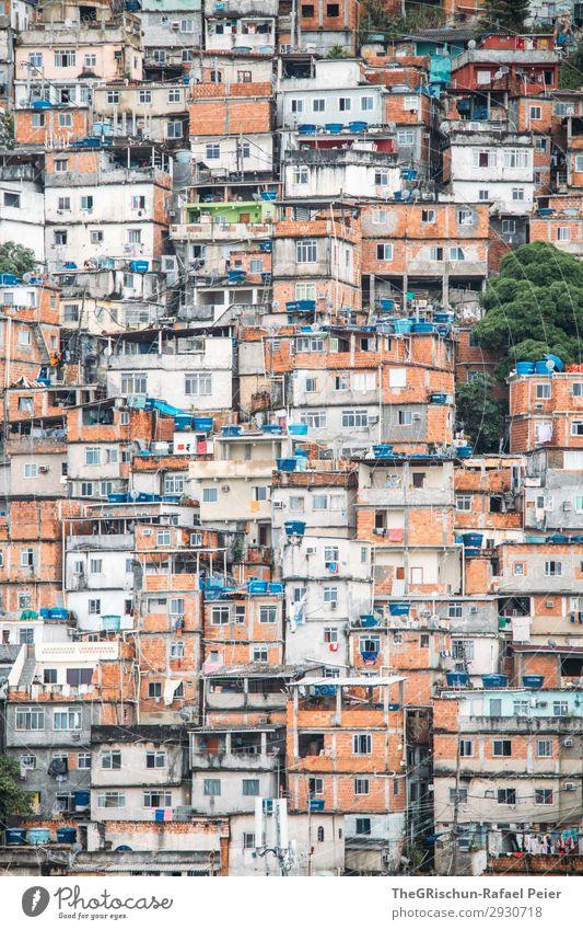 Favela Stadt Haus Hütte blau braun grau orange weiß Ghetto Backstein Rio de Janeiro Brasilien Wassertank Zusammensein eng Armut Farbfoto Textfreiraum oben