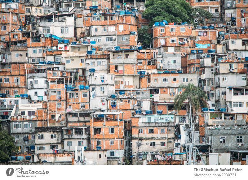 Favela Kleinstadt blau braun grün schwarz weiß favela Rio de Janeiro Brasilien Fenster Zusammensein Armut Häusliches Leben Backstein Haus Township Farbfoto
