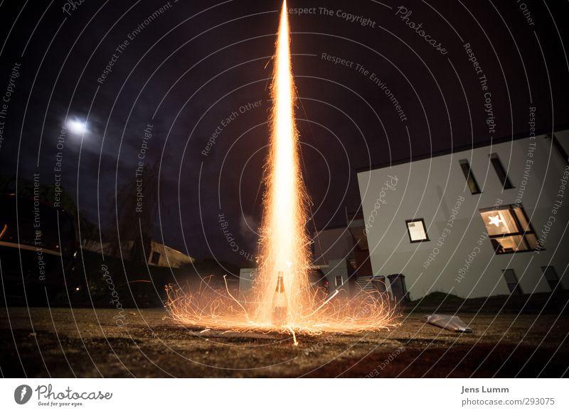 Liftoff! We have a liftoff! Silvester u. Neujahr orange schwarz Champagner Feuerwerk Mond Freude Beginn Farbfoto Außenaufnahme Menschenleer Nacht Weitwinkel