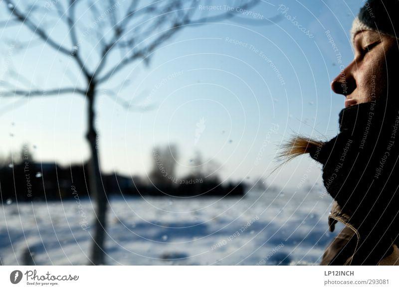 eINES. Mensch Frau Natur Jugendliche Ferien & Urlaub & Reisen schön Baum Landschaft Winter Erholung Junge Frau Gesicht Erwachsene Umwelt kalt feminin