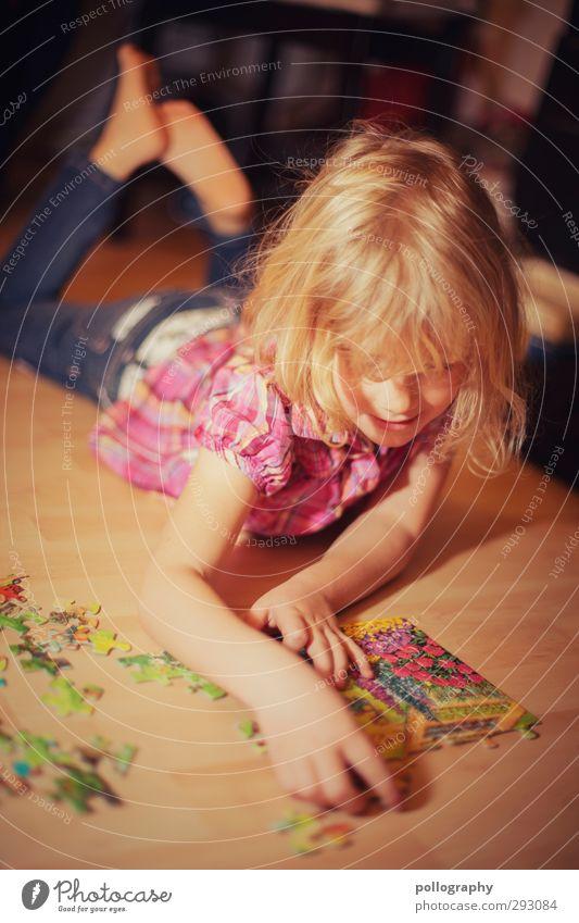 bitte nicht stören Mensch feminin Kleinkind Mädchen Leben 1 Jeanshose Bluse Haare & Frisuren blond anstrengen Spielen Puzzle Suche liegen Konzentration Farbfoto