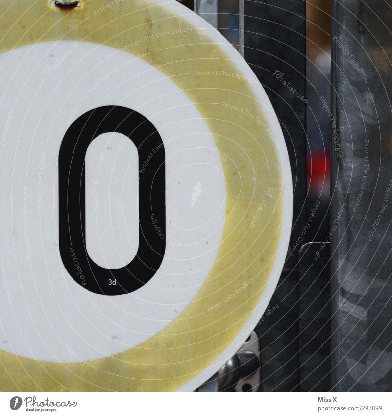 O Zeichen Schriftzeichen Schilder & Markierungen Hinweisschild Warnschild Verkehrszeichen braun grau Farbfoto Außenaufnahme Nahaufnahme Detailaufnahme