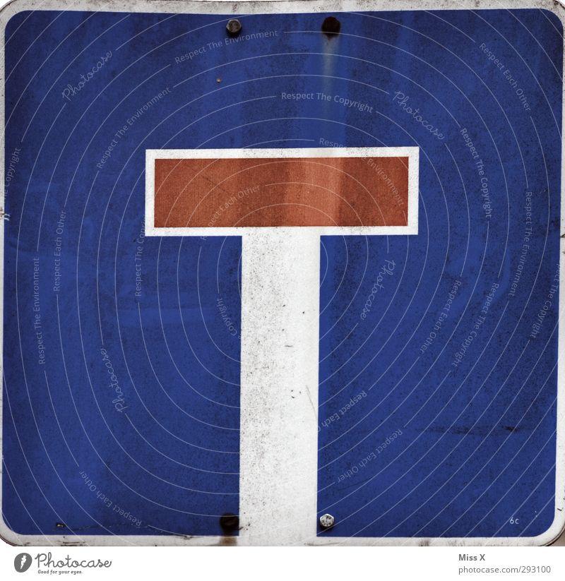 T Schriftzeichen Schilder & Markierungen Hinweisschild Warnschild Verkehrszeichen blau Einbahnstraße Farbfoto mehrfarbig Außenaufnahme Nahaufnahme