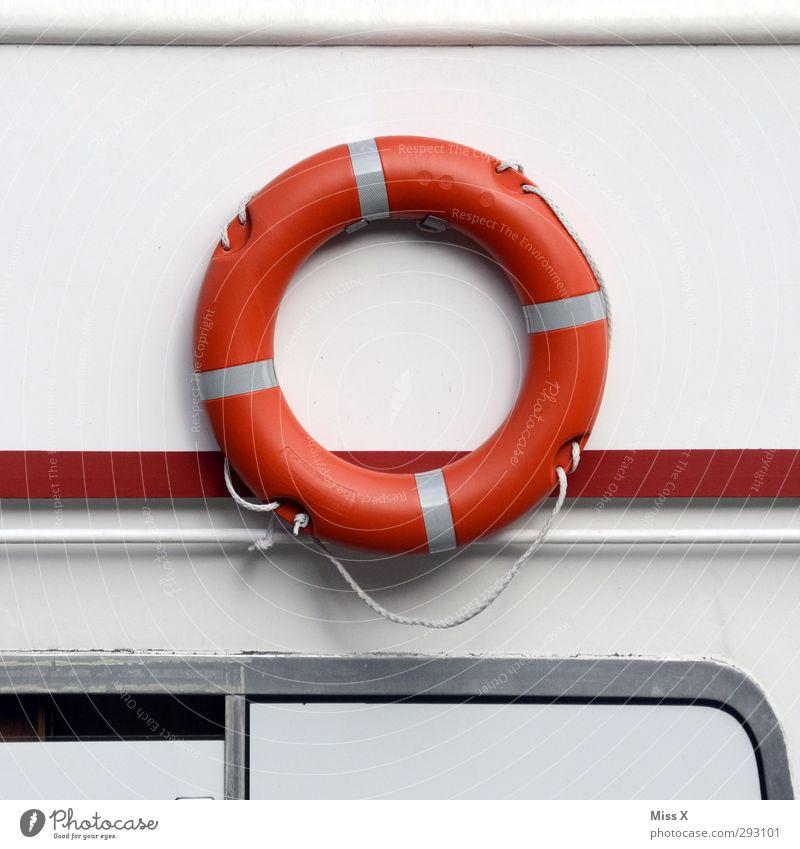 O Schriftzeichen rund rot Rettungsring Kreis Schifffahrt Farbfoto