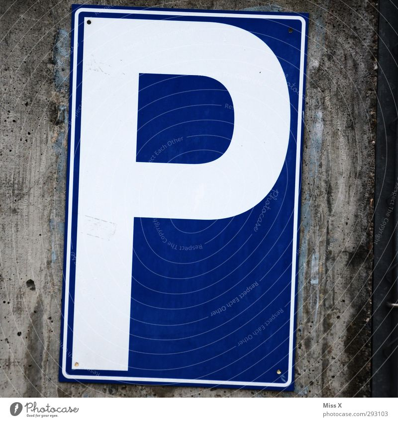 P Schriftzeichen Schilder & Markierungen Hinweisschild Warnschild Verkehrszeichen blau Parkplatz parken Farbfoto Außenaufnahme Nahaufnahme