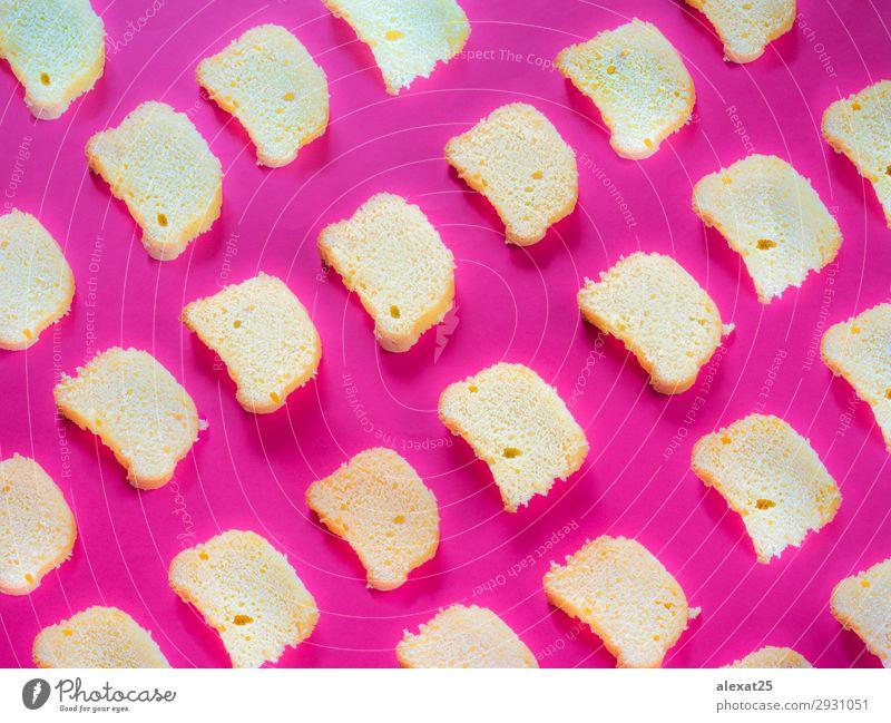 Schnittkuchenmuster auf starkem rosa Hintergrund Joghurt Dessert Frühstück frisch lecker gelb rot Tradition backen Bäckerei Kuchen Konfekt geschnitten