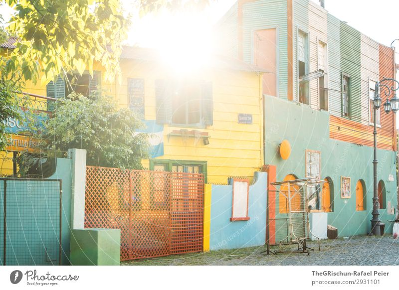 La Boca Stadt blau mehrfarbig gelb grün weiß Haus Gegenlicht Baum Sonnenuntergang Stadtteil Tourismus Argentinien Buenos Aires Farbfoto