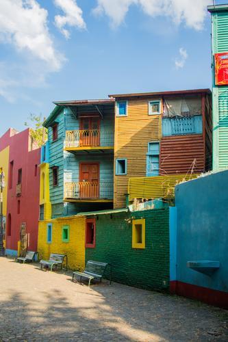 La Boca Stadt Hauptstadt blau mehrfarbig gelb grau grün schwarz weiß Buenos Aires Südamerika Argentinien Haus Fenster Wolken Tourismus Attraktion Farbfoto