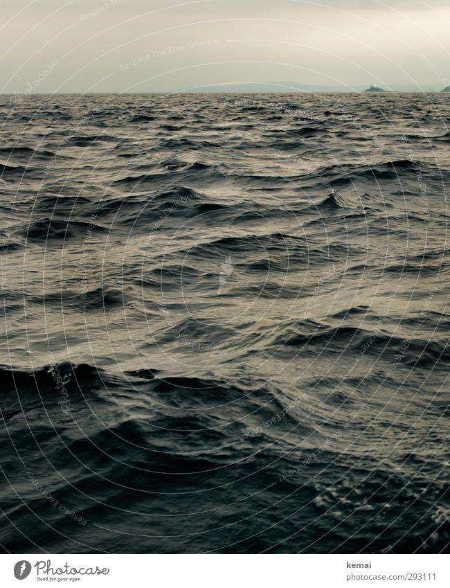 Rauer Seegang Natur Ferien & Urlaub & Reisen Wasser Sommer Meer Landschaft Umwelt dunkel Wellen wild Insel frei Abenteuer England schlechtes Wetter Wellengang