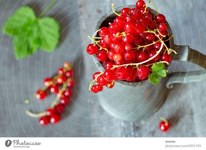 Frische Johannisbeeren im Becher Frucht Ernährung Bioprodukte Vegetarische Ernährung Diät lecker sauer süß grün rot Zinkbecher Krug Foodfotografie Farbfoto