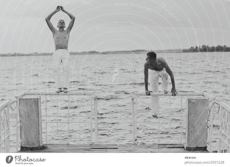 zwei Typen springen vom Pier in den Fluss. Lifestyle Freizeit & Hobby Ferien & Urlaub & Reisen Tourismus Ausflug Freiheit Sightseeing Kreuzfahrt Sommer
