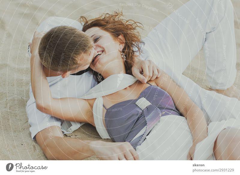 glücklich liebend Paar am Strand liegend Lifestyle Freizeit & Hobby Spielen Ferien & Urlaub & Reisen Tourismus Ausflug Party Veranstaltung Feste & Feiern