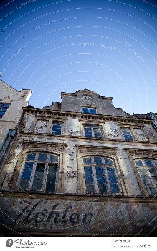 HOrsT. alt Stadt Haus Gebäude Deutschland Wohnung Tourismus Häusliches Leben gefährlich Schriftzeichen kaputt verfallen Vergangenheit Verfall Tradition